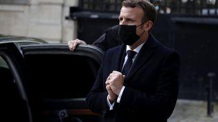 Emmanuel Macron, à l'ambassade d'Autriche à Paris, le 3 novembre 2020, au lendemain d'une attaque à Vienne. (CHRISTOPHE PETIT TESSON / AFP)