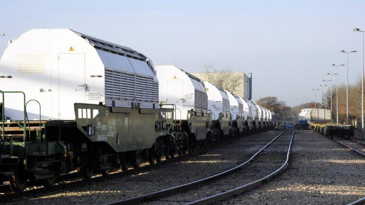 Le train de déchets nucléaires en attente de départ pour l'Allemagne à la gare de Valognes (Manche), mercredi 23 novembre 2011. (DM / NM)