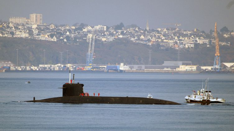 """Le sous-marin nucléaire lanceur d'engin """"l'Inflexible"""" sort le 15 mars 2007 de la rade de Brest où se trouve la base des sous-marins nucléaire de l'Ile Longue. (Illustration) (MARCEL MOCHET / AFP)"""