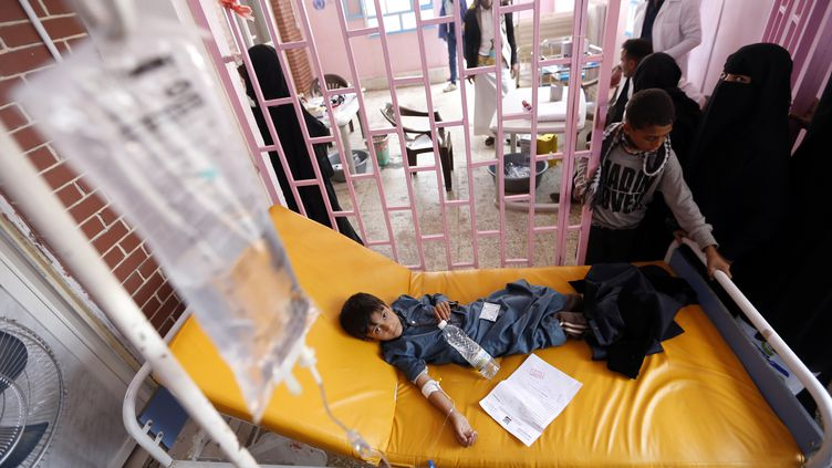 Le Yémen doit faire face à une épidémie de rougeole, alors vient à peine de passer,le pic de l'épidémie de choléra, ici prise en charge dans un hôpital de Sanaa, l'été 2017. (MOHAMMED HUWAIS / AFP)