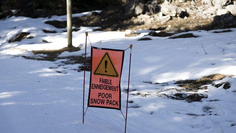 L'absence de neige rend le hors-piste encore plus dangereux, selon le capitaine Patrice Ribes du peloton de gendarmerie de haute montagne. (VINCENT ISORE / MAXPPP)