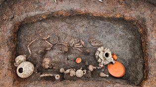 Sépulture d'un jeune enfant décédé à l'époque augusto-tibérienne, trouvée à Aulnat, près de Clermont-Ferrand  (© PHOTO DENIS GLIKSMAN / INRAP)