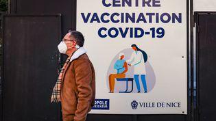 Un nouveau centre de vaccination a ouvert à Nice (Alpes-Maritimes), dans le parc du théâtre de verdure, le 11 janvier 2021 (ARIE BOTBOL / HANS LUCAS / AFP)