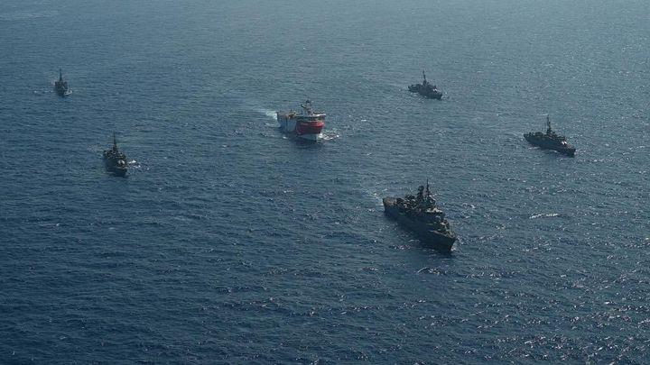 """L'""""Oruç Reis"""" et son escorte militaire dans les eaux de Méditerranée orientale, le 10 août 2020. (MINISTRY OF NATIONAL DEFENSE / ANADOLU AGENCY / AFP)"""