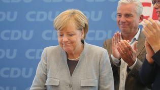 Angela Merkel est reconduite au poste de chancelière d'Allemagne, dimanche 24 septembre 2017. (MICHAEL KAPPELER / DPA / AFP)