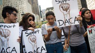 """Des jeunes """"Dreamers"""", originaires d'Equateur, manifestent contre l'abrogation du Daca, mardi 5 septembre 2017 à New York (Etats-Unis). (DREW ANGERER / GETTY IMAGES NORTH AMERICA / AFP)"""