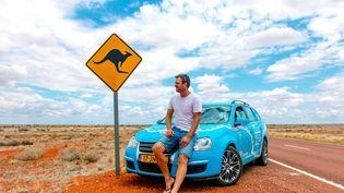 Le Néerlandais Wiebe Wakker en Australie pendant son tour du monde en voiture électrique, le 28 octobre 2018. (PLUG ME IN PROJECT / WIEBE WAKKER / AFP)