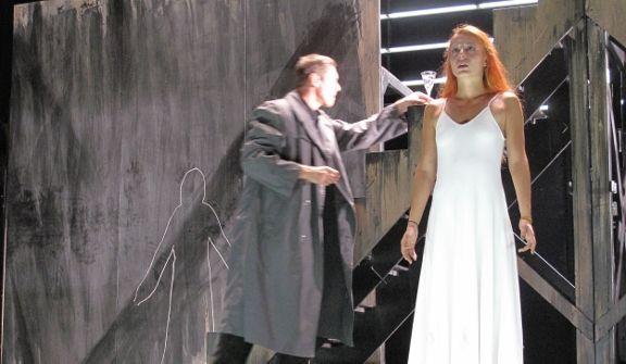 Juliette choisit le poison dans l'espoir de vivre son amour impossible.  (Alain Fonteray)