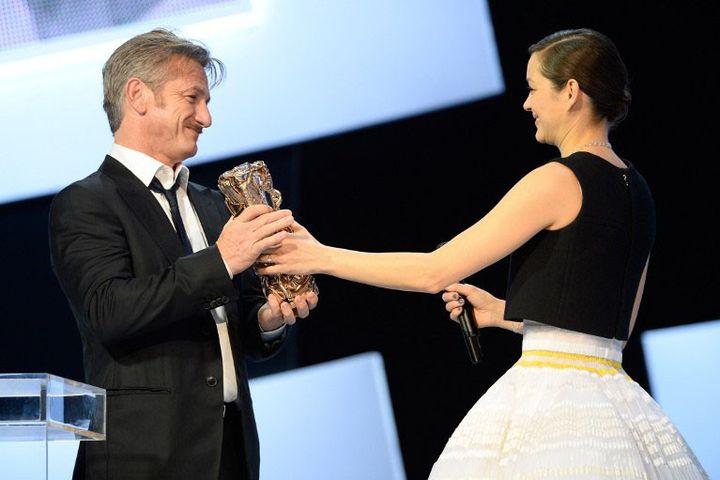 Marion Cotillard remet son César d'honneur à Sean Penn le 20 février 2015  (BERTRAND GUAY / AFP)