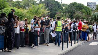Des voyageurs attendent de pouvoir embarquer dans un vol à destination de Paris et au départ de l'aéroport deDzaoudzi, à Mayotte, le 5 juin 2020. (ALI AL-DAHER / AFP)