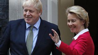 Le Premier ministre britannique, Boris Johnson, et la présidente de la Commission européenne, Ursula von der Leyen, sur le perron du 10Downing Street, à Londres, le 8janvier 2020. (TOLGA AKMEN / AFP)