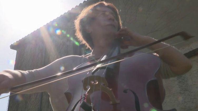 Chaque jour à midi, dans l'Aveyron, une musicienne offre un concert de violoncelle à ses voisins depuis son jardin. (France 3)