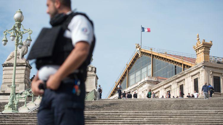 Un policier devant la gare Saint-Charles à Marseille (Bouches-du-Rhône), où un homme aattaqué au couteau et tué deux jeunes femmes, dimanche 1er octobre 2017. (BERTRAND LANGLOIS / AFP)