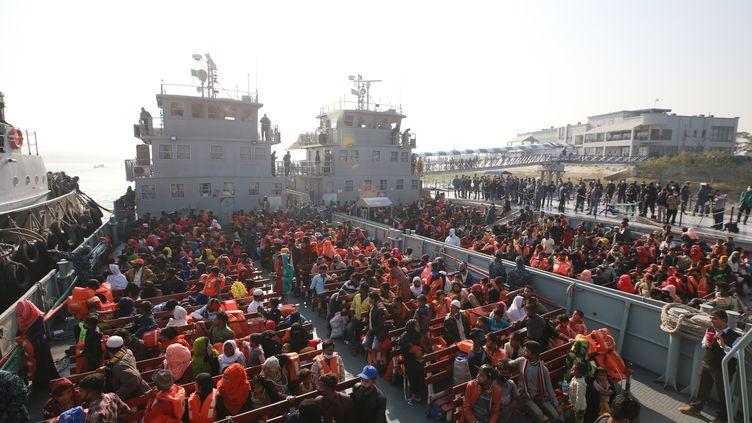 Des réfugiés embarqués sur un navire de l'armée bangladaise lors d'une opération controversée, mardi 29 décembre 2020. (REHMAN ASAD / AFP)