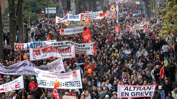 Des manifestants défilent, le 16 octobre 2010, à Toulouse (Haute-Garonne), contre la réforme des retraites menée par Eric Woerth. (ERIC CABANIS / AFP)