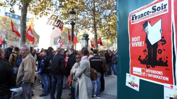 Trois cent personnes se sont rassemblées devant le siège de France Soir, le 14 octobre 2011. (MEHDI FEDOUACH / AFP)