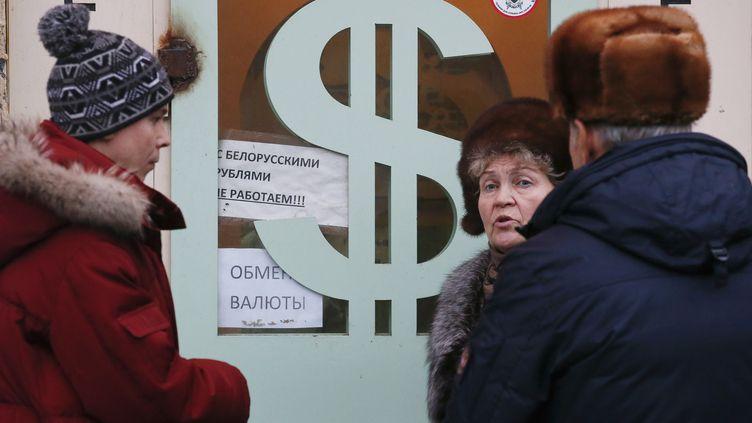 Des clients attendent devant un bureau de change à Moscou, le 17 décembre 2014. ( MAXIM ZMEYEV / REUTERS )