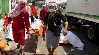 Des secours saoudiens évacuent des victimes du mouvement de foule meurtrier qui a eu lieu lors du pèlerinage à La Mecque en Arabie saoudite le 24 septembre 2015. (STR / AFP)