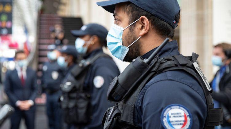 Un policier dans la gare de l'Est à Paris, le 10 mai 2020 (photo d'illustration). (THOMAS SAMSON / POOL)