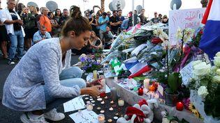 Moment de recueillementsur la promenade des Anglais à Nice (Alpes-Maritimes), vendredi 15 juillet, au lendemain de l'attentat qui a fait au moins 84 morts. (MAXPPP)