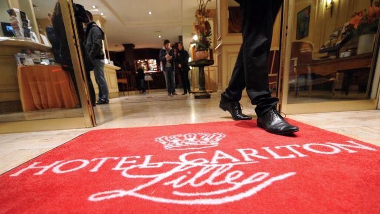 L'entrée de l'hôtel du Carlton de Lille (Nord), dont des dirigeants sont pris dans une affaire de proxénétisme, le 17 octobre 2011. (PHILIPPE HUGEN / AFP)