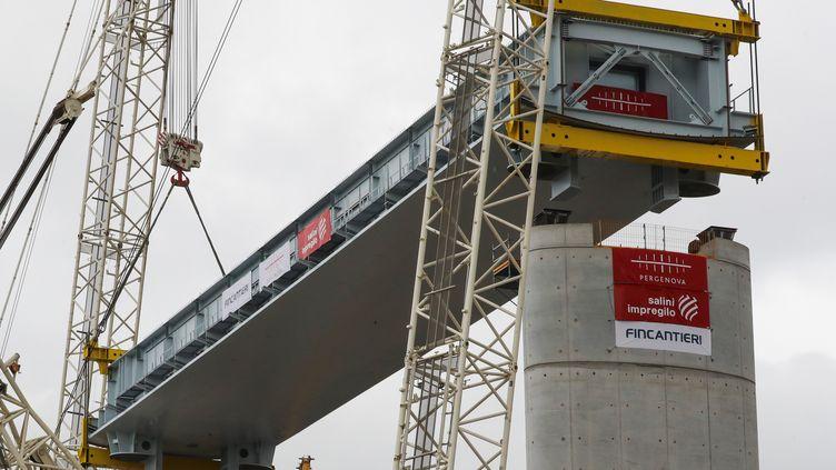 Le premier tronçon du nouveau pont, installé le 1er octobre par une grue. (VALERY HACHE / AFP)