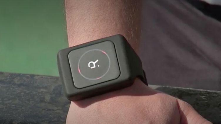 Un bracelet connecté fabriqué par l'entreprise Rombit permet à ses détenteurs de savoir s'ils se trouvent trop près des autres personnes en possédant un. Une manière de faire respecter la distanciation sociale, notamment entre salariés d'une même société. (FRANCEINFO)