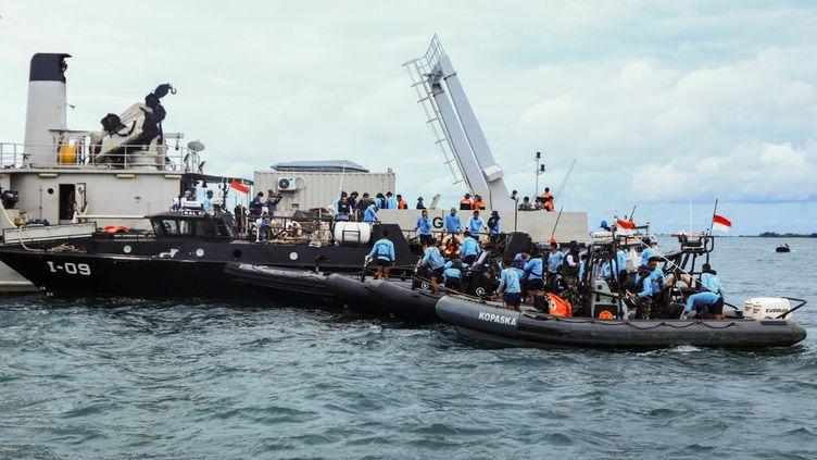 Des plongeurs se rendent sur le site du crash au large des côtes de Jakarta (Indonésie), le 12 janvier 2021. (AZWAR IPANK / AFP)