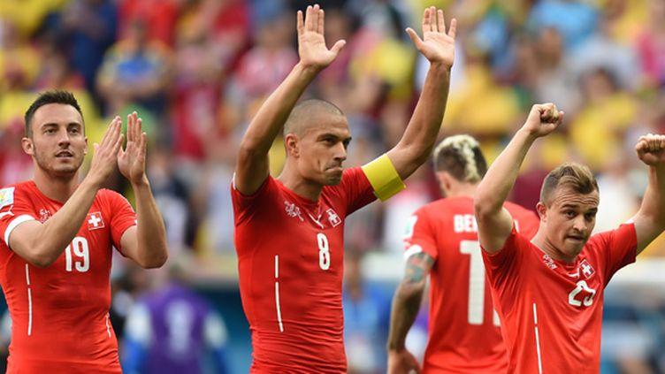 Drmic, Inler et Shaqiri après la victoire aux forceps contre l'Equateur. (PEDRO UGARTE / AFP)