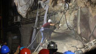 Des secouristes libanais et chiliens recherchent de possibles survivants dans les décombres d'un bâtiment de Beyrouth (Liban), le 4 septembre 2020. (IBRAHIM  AMRO / AFP)