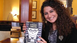 Zeina Abirached dans un café de Paris.  (LCA/Culturebox)