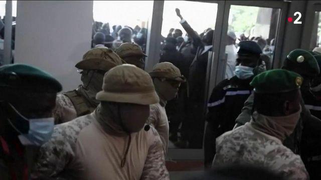 Coup d'État au Mali : Emmanuel Macron hausse le ton