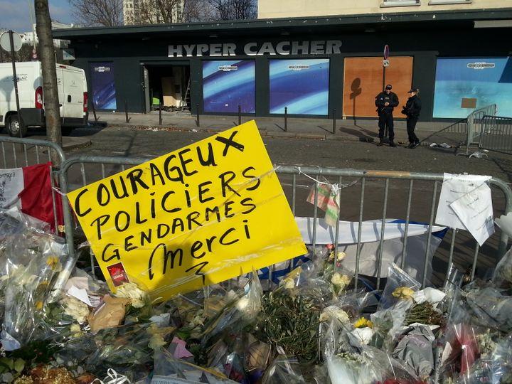 Deux policiers montent la garde devant l'Hyper Cacher de la porte de Vincennes, à Paris, le 6 février 2015. (YANN THOMPSON / FRANCETV INFO)