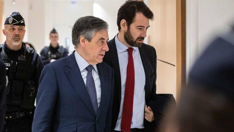 François Fillon (g) et son avocat Antonin Lévy (d), le 5 mars 2020 autribunal correctionnel de Paris. (CHRISTOPHE MORIN / MAXPPP)