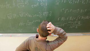 Des formules mathématiques laissent perplexes un écolier. (FRANCOIS DESTOC / MAXPPP)