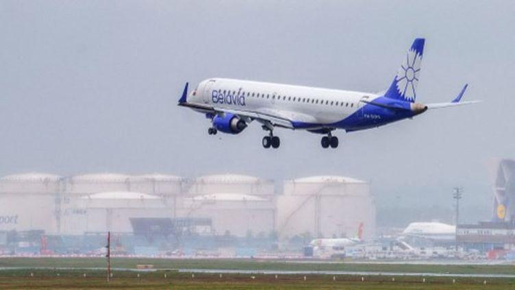 Un avion de la compagnie aérienne biélorusse Belavia en phase de décollage, le 26 mai 2021 à Francfort (Allemagne). (ANDREAS ARNOLD / AFP)