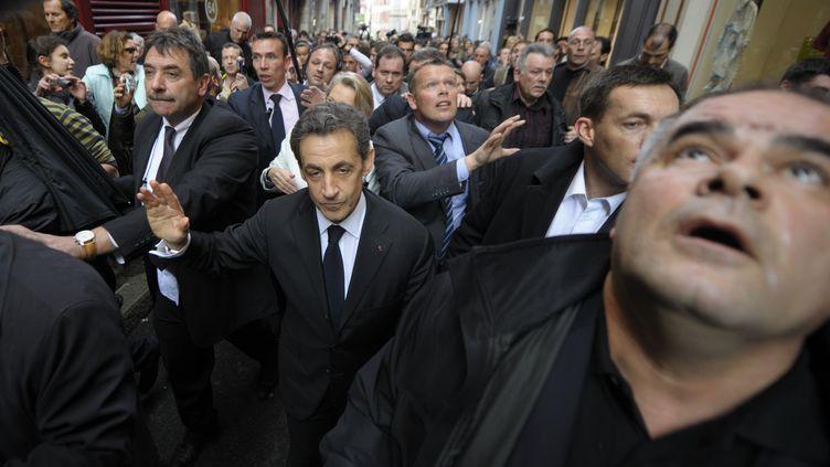 Nicolas Sarkozytravers le centre historique de Bayonne (Pyrénées-Atlantiques) sous les huées, le 1er mars 2012. (PHILIPPE WOJAZER / REUTERS)
