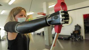 Priscille Deborah, première patiente en france équipée d'un bras bionique. (CAPTURE D'ÉCRAN FRANCE 3)