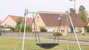 À Champfleur, dans la Sarthe, le maire a fait déplacer une aire de jeux. Un couple se plaignait de nuisances sonores et une plainte a été dépos (FRANCE 2)