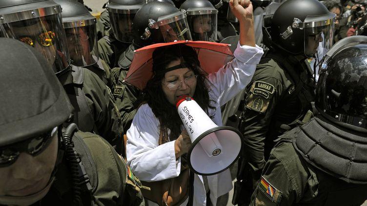 Une professionnelle de santé manifeste devant le tribunal électoral de La Paz, en Bolivie, mardi 22 octobre 2019. (JORGE BERNAL / AFP)