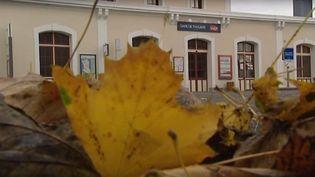 Des feuilles mortes à la gare de Thouars (Deux-Sèvres), en novembre 2015. (FRANCE 3 POITOU-CHARENTES)