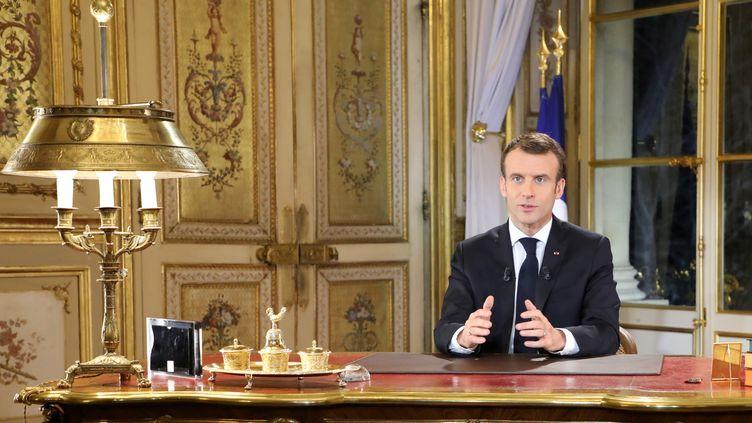 """Emmanuel Macron, le 10décembre 2018, à l'Elysée, lors de son allocution en réponse à la crise des """"gilets jaunes"""". (LUDOVIC MARIN / AFP)"""