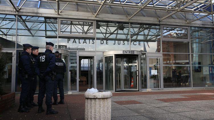 Devant le tribunal de Bobigny (Seine-Saint-Denis), le 26 mars 2015. (MAXPPP)