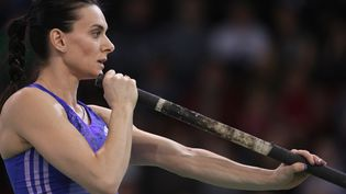 La championne russe Yelena Isinbayeva s'apprête àeffectuer un saut à la perche à Volgograd (Russie), le 6 février 2016. (MARIA PLOTNIKOVA / RIA NOVOSTI / AFP)