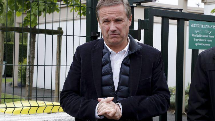 Nicolas Dupont-Aignan, le 7 mai 2017 à Paris à la sortie d'un bureau de vote pour le second tour de l'élection présidentielle. (FRANCOIS GUILLOT / AFP)