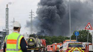 Un incendie s'est déclenché après une explosion sur un site de traitement de déchets àLeverkusen (Allemagne), le 27 juillet 2021. (OLIVER BERG / DPA / AFP)