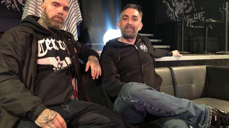 Yann Heurtaux (guitare) etMouss Kelai (chant), deux membres du groupe de metal Mass Hysteria. (MATHIEU MESSAGE / FRANCE TV INFO)