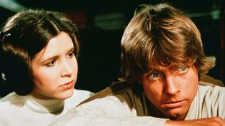 """L'actrice Carrie Fisher (à gauche) joue le rôle de Princesse Leia Organa et Mark Hamill (à droite) joue le rôle de Luke Skywalker dans la saga """"Star Wars"""". (LUCAS FILMS / MAXPPP)"""