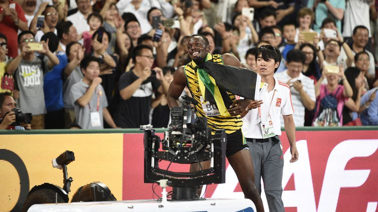 Usain Bolt reprend ses esprits après le choc (FRANCK FIFE / AFP)