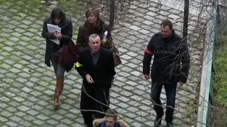 """Le procureur François Molins arrivesur les lieux de l'attentat contreCharlie Hebdo, le 7 janvier 2015. Séquence du documentaire """"Histoire secrète de l'antiterrorisme"""". (KUIV)"""